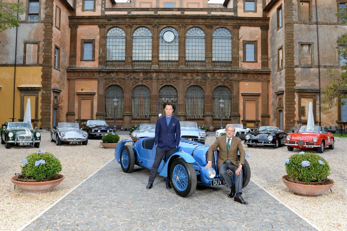 "Jude Law og Giancarlo Giannini foran den tredje hovedperson i filmen ""A Gentelmans Wager II"""