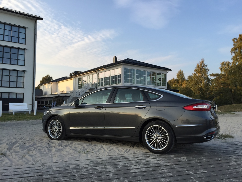 Luksus-Mondeo parkeret foran Ytas Saltsjöbad. Lækkert+lækkert=luksus.