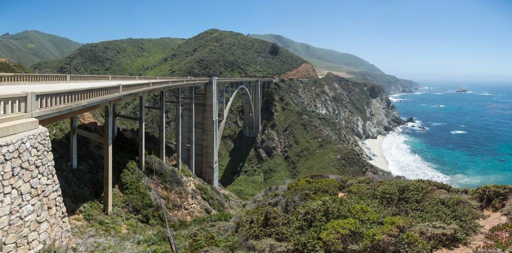 Highway 1 er legendarisk. Den krammer sig ind til kysten hele vejen langs Stillehavet og byder på lige dele fabelagtig udsigt og fede sving.