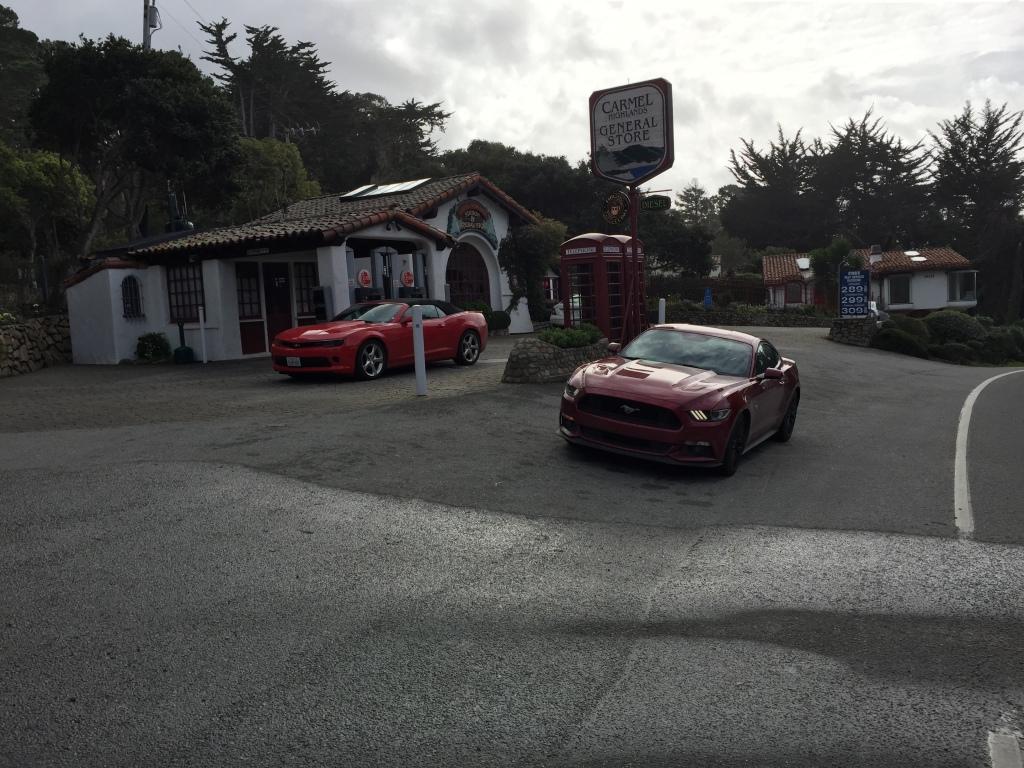 I selskab med en af bilens rigtige konkurrenter. Chevrolets muskelbil Camaro.