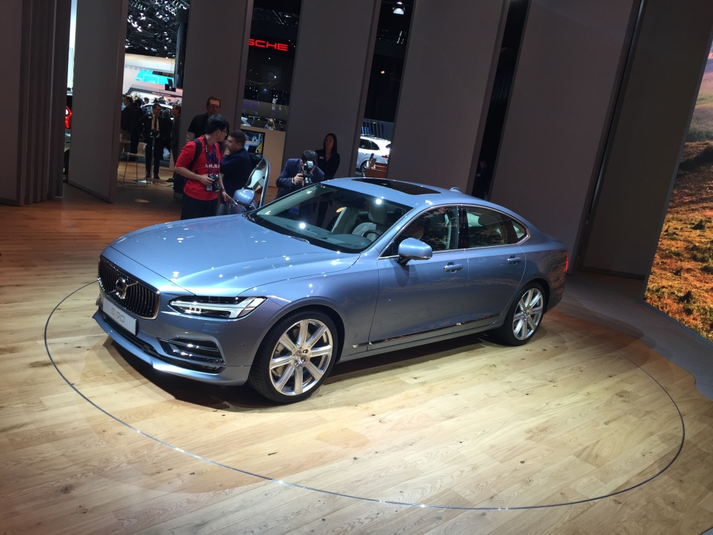 Volvo XC90s lillebror er sedanen S90, der skal slås med den nye E-Klasse.
