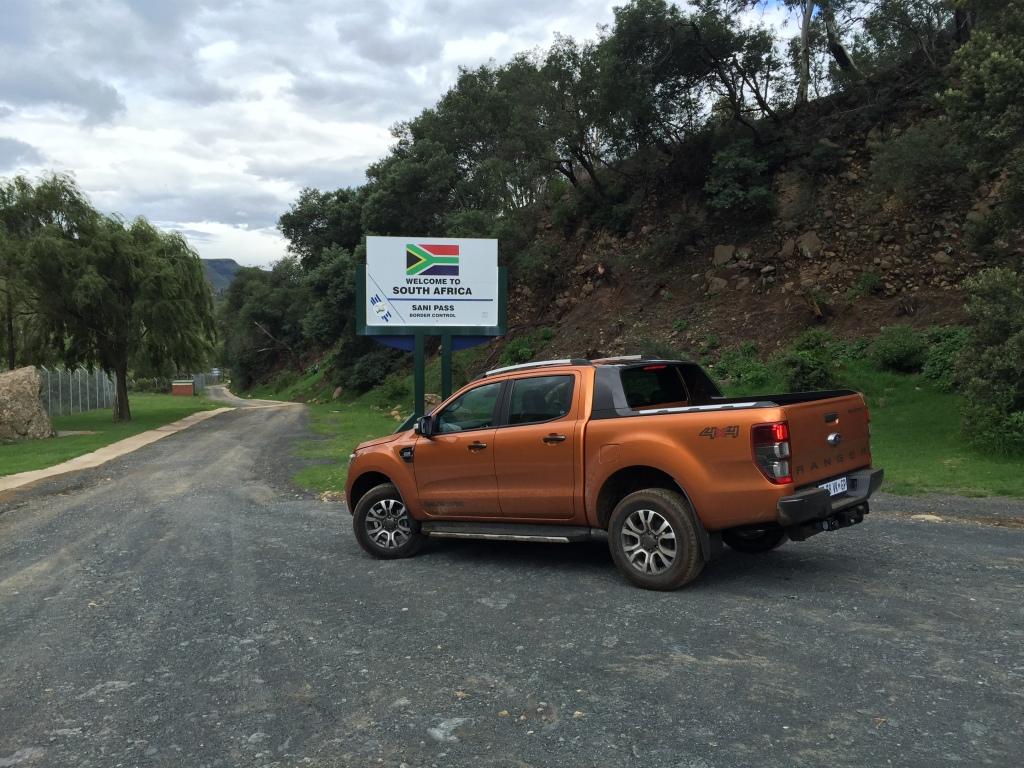 En lille klat med velafrettet grusunderlag ved den Sydafrikanske grænsepost. Herfra er det Det Vilde Vesten...