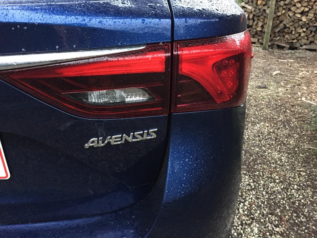 Flippede mere end formfuldendte. Avensis er ikke en stilistisk åbenbaring. Men det er crocks heller ikke, og plastiksutterne sælger stadigvæk som varmt brød.