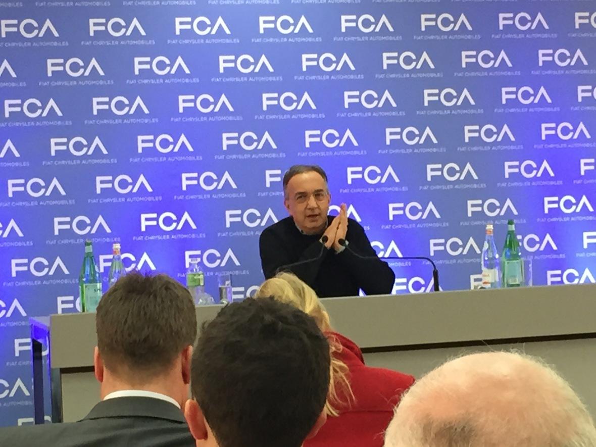 Det årlige pressemøde på biludstillingen i Geneve. Sergio Marchionne stiller op alene, og skyder lige så meget på pressen, som pressen skyder på ham.