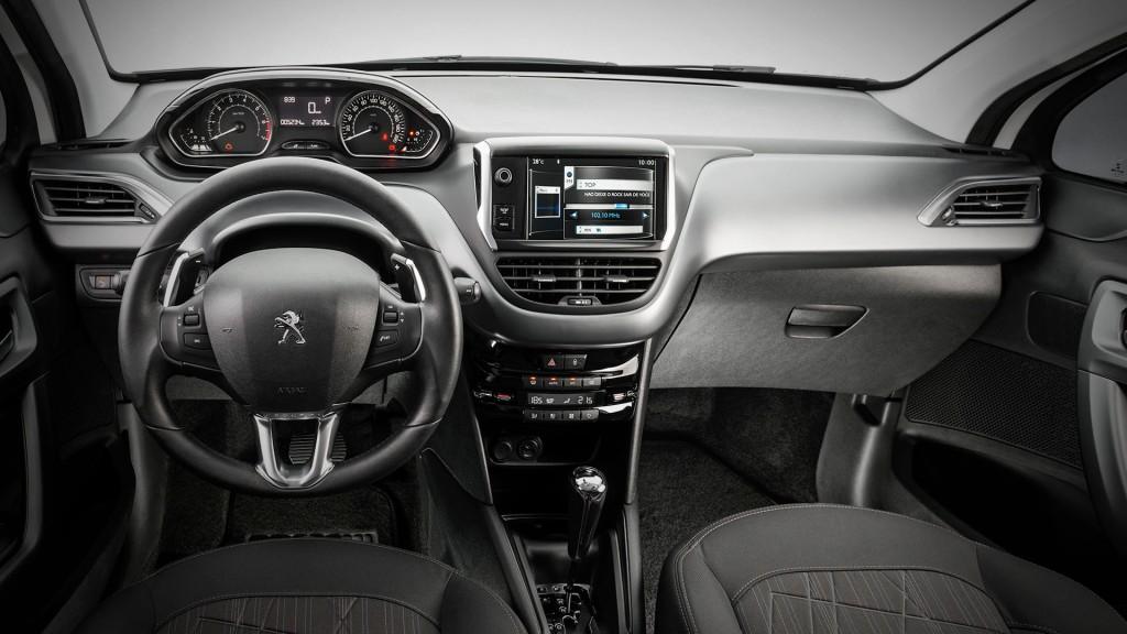 Kabinen i 208 med i-Cockpit er simpel og overskuelig, med speedometer og omdrejningstæller højt og læsevenligt placeret.