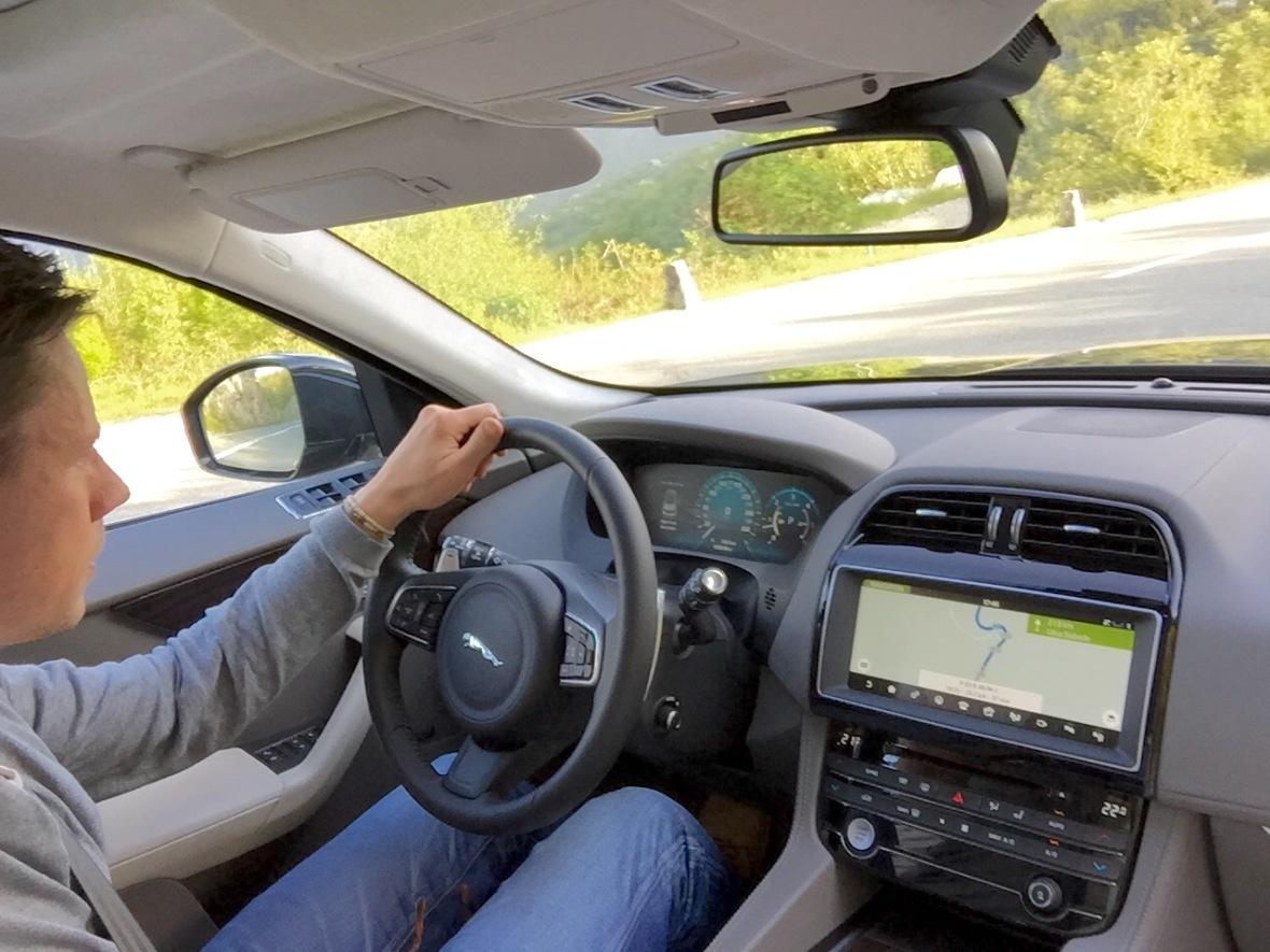 Kabinen er lækker og den digitale instrumentering fungerer fint. Især den opdaterede skærm på midterkonsollen, bringer Jaguar på omgangshøjde med de tyske konkurrenter.
