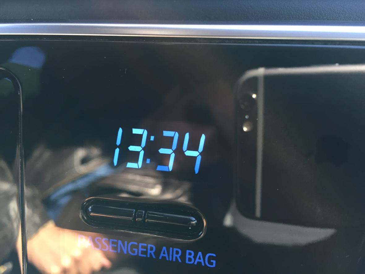 Hvad er pointen med et digitalur med knapper du kan stille tiden på? Jeg mener – alle andre producenter har for længst integreret uret enten i instrumenteringen bag rattet eller på infotainmentskærmen. Toyota insisterer dog på, at have uret helt selvstændigt – som en hyldest til et i forvejen rodet kabinedesign.