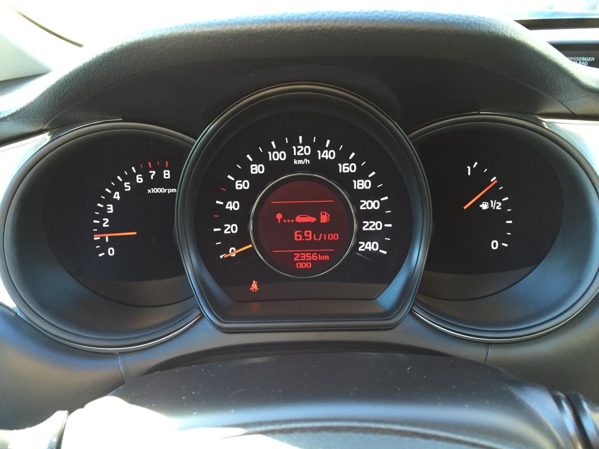 Kabinen er fin og sporty, og så er tallene på speedometeret virkeligt letaflæselige. Kun på plastkvaliteten halter den lidt i forhold til Peugeot og Volkswagen.