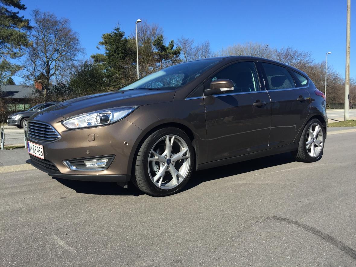 Ford Focus er elegant udefra, og så pynter de store fælge på det karakterfyldte design.