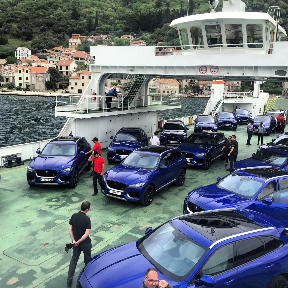 Jeg tror sgu jeg tager en blå. På første del af testruten, var det den 380 hk udgave vi havde fornøjelsen af.