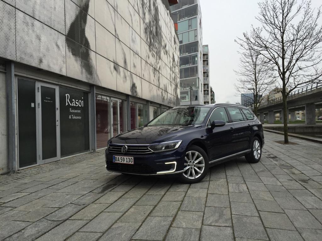 Volkswagen Passat GTE ligner en almindelig Åassat. Men det er en hybrid du kan lade op hjemme i carporten og køre op imod 50 kilometer i på ren el.