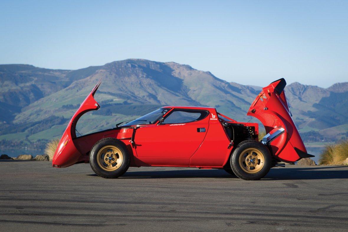 Den er lige i underkanten af hvad man kan betegne som en superbil. Men den er hylende fed, og dens resultater i Rally, hvor den knuste konkurrenterne, er kun med til at gøre Lancia Stratos endnu mere legendarisk.