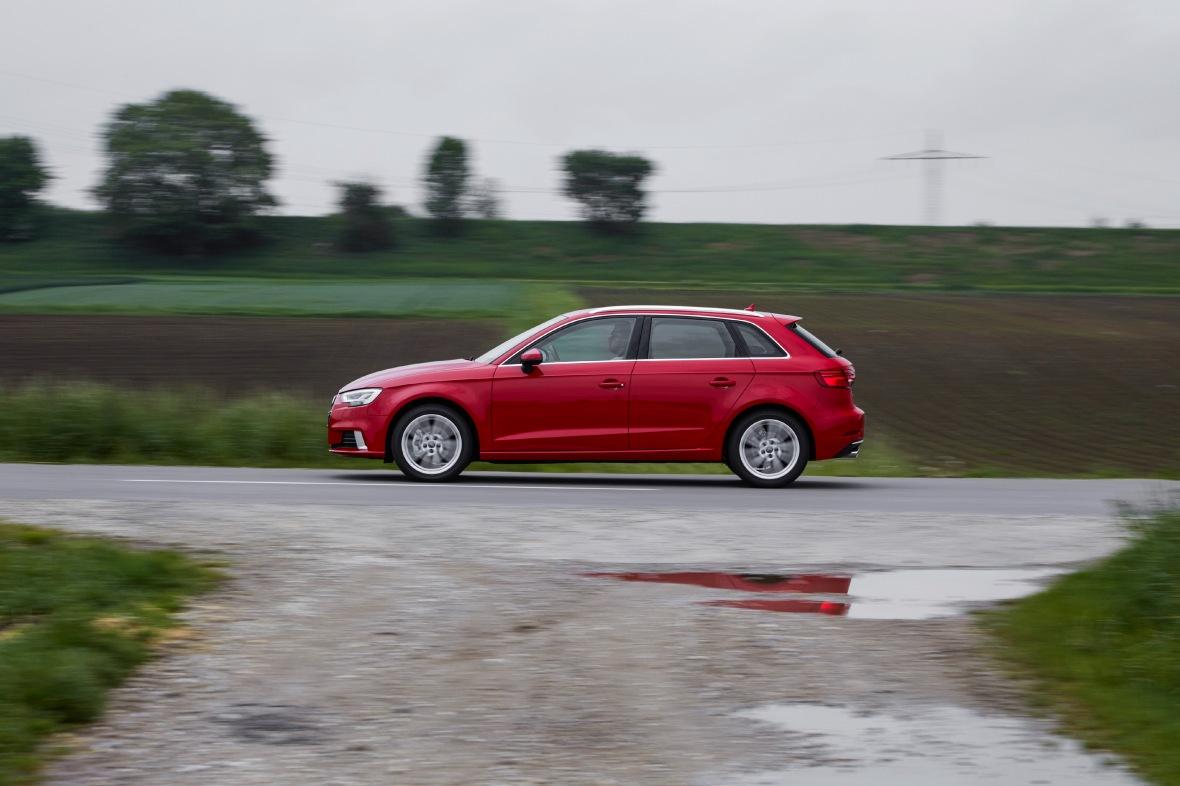Den ligener sig selv, men nye lygter, en ny basismotor og naturligvis nye lygter – og Audi A3 er klar til et pr år mere i ringen.