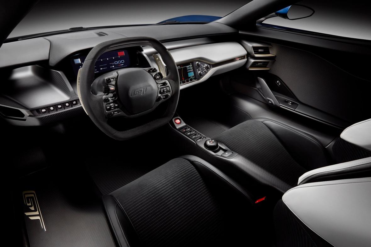 Kabinen er nærmest klaustrofobisk kompakt, og Ford blev nød til at gøre både top og bund af rattet fladt, for at få plads til det. Det er en kabine undfanget til en racerbil, og det fortæller historien om Fords nye GT.