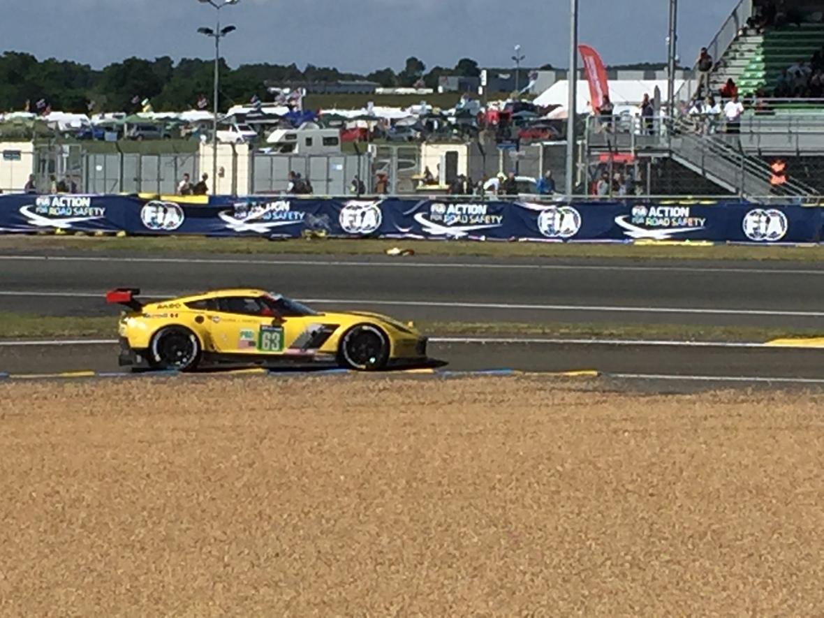 Selv på vej ind i pitlane, gasser Corvette #63 maks op og bremser hårdt ned få meter før 60 km/t zonen. De stopper ALDRIG med at kæmpe.