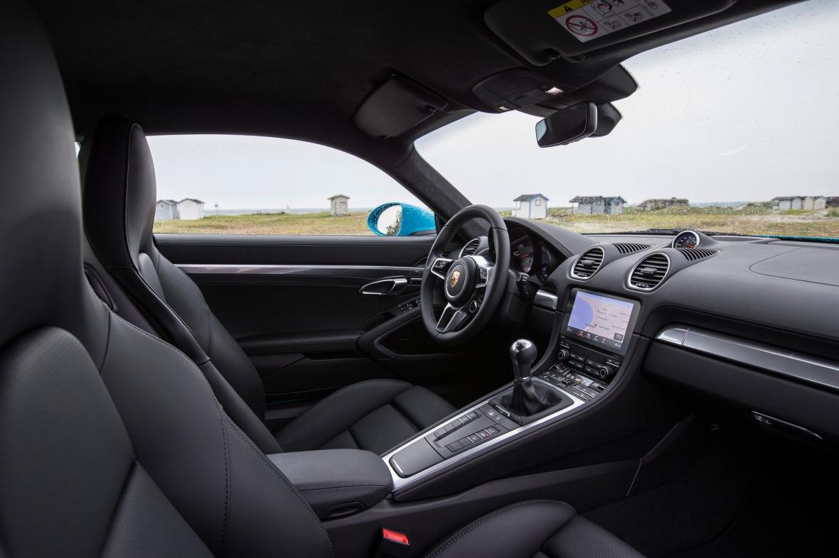 Kabinen er lettere opdateret – mens PCM infotainmentsystemet ( Porsche Communication Management) er af nyeste generation, og gør Cayman digitalt klar til 2016.