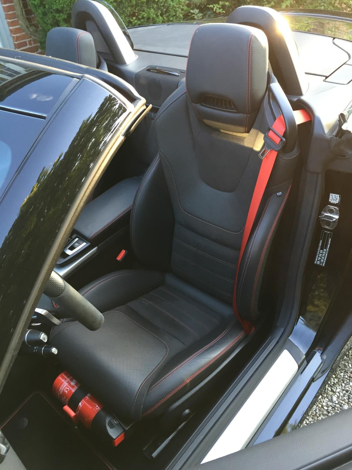 Sportssæderne er fremragende, og for at give AMG-modellen lidt ekstra drama, er der monteret en ildslukker foran sædet.