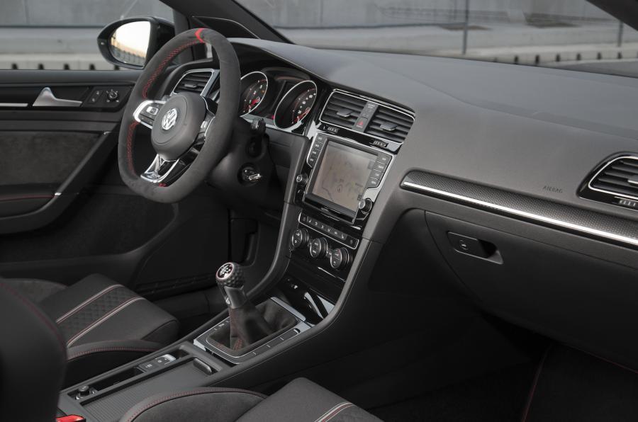 Kabinen er stilren med lækre materialer og historiske referancer – læg mærke til hovedet på gearstangen, der er formet som en golfbold.