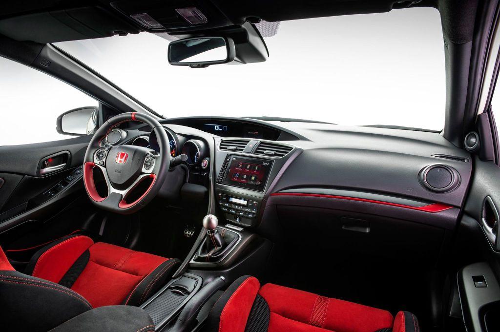 Elegant er det ikke men funktionelt og effektivt. Man sidder stramt, gearet er stramt og bilen er en benhård køremaskine. Men visuelt er min indre æstet ikke begejstret.