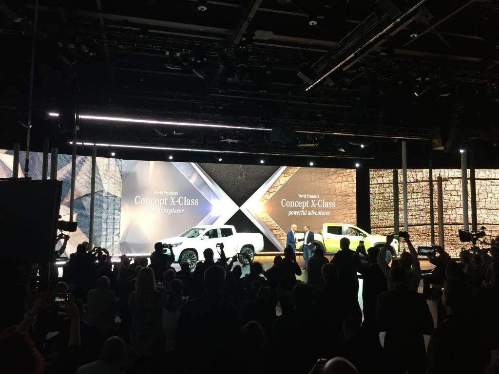 Dr. Dieter Zetsche på scenen med konceptbilerne til den nye X-Klasse Mercedes pickup.