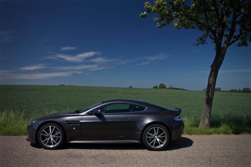 Aston Martin Vantage er skulpturelt elegant.