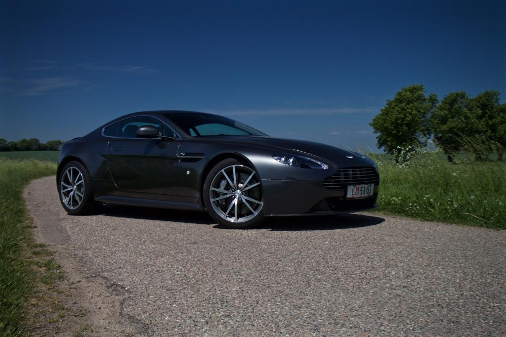 Aston Martin Vantage S er en elegantier på hjul.