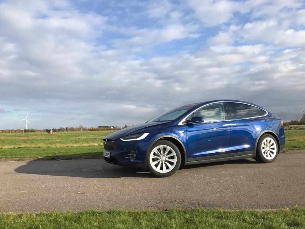 Den ser skarp ud, byder på masser af plads og rammer 100 km/t i den langsomste version. Alligevel er Tesla Model X ikke en udelt succes i min optik.