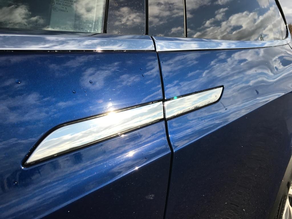 Krom ser godt ud og skinner i solen. Men læg mærke til, at samlingerne mellem de avancerede døre og de konventionelle fordøre ikke flugter. Det er IKKE godt nok på en bil til 1. mio. kr.