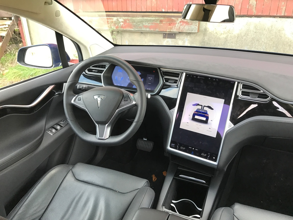 Kabinen er udført i en højere kvalitet end på Model S, og brugerfladen er suveræn. Her er Tesla en vinder.