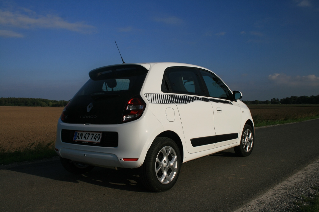 Motoren ligger bagi, og Twingo har baghjulstræk.