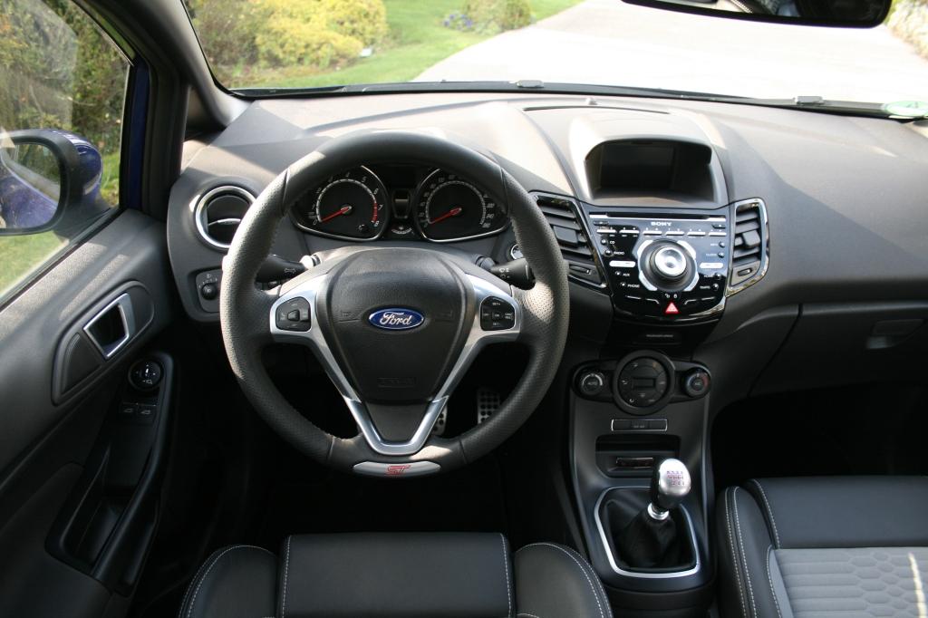 Fiestas kabine er bilens mindst imponerende feature, med en lidt for nærig lille skærm og lidt for meget Nokia årgang 2005.