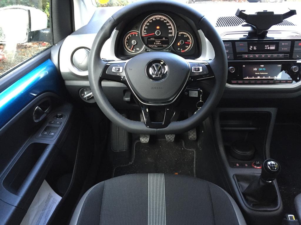 Kabinen er simpel og med smartphonen placeret i grebet øverst på instrumentbordet, leverer Volkswagen en smart infotainmentløsning uden udløbsdato.